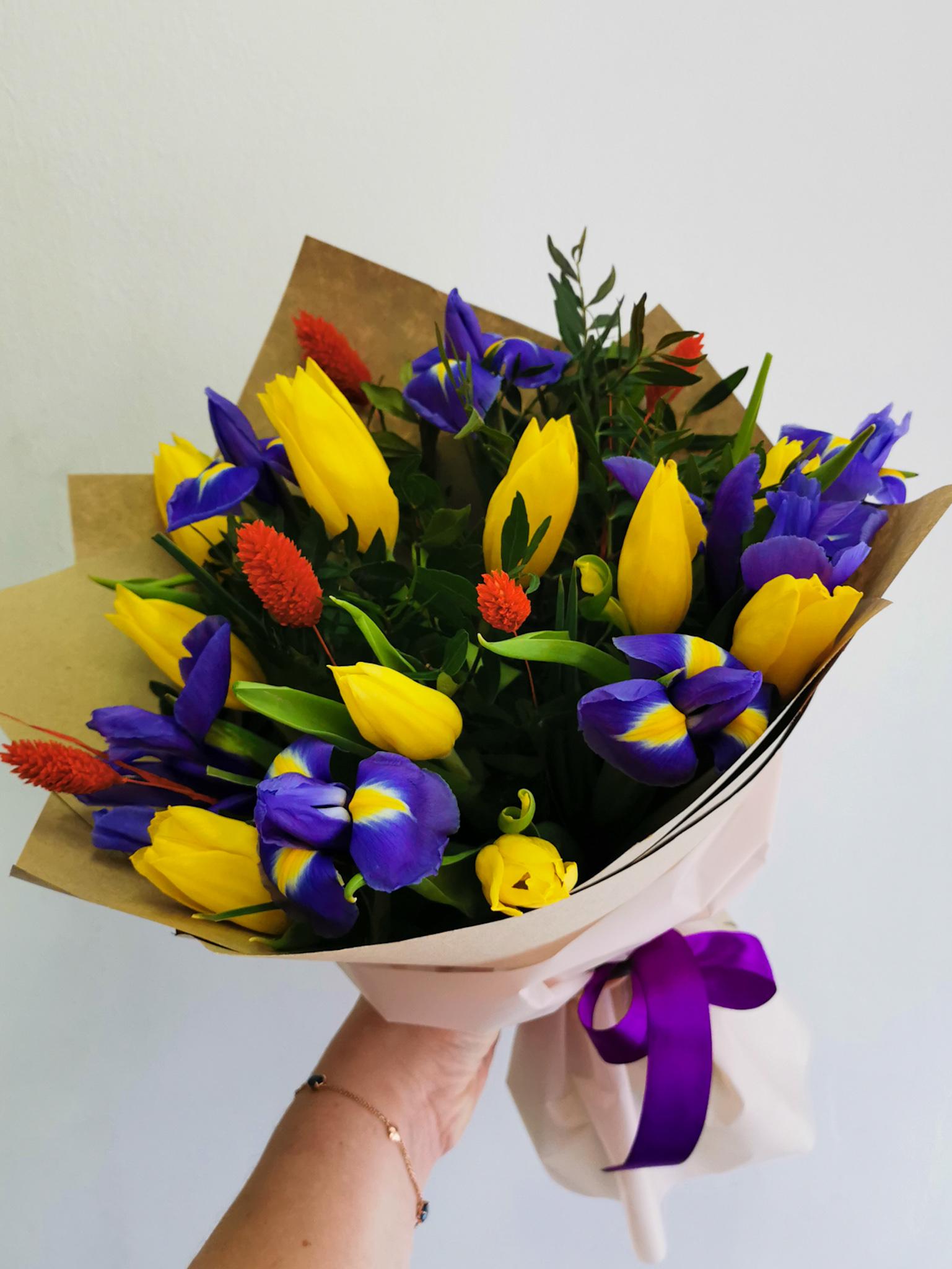 Яркий букет с желтыми тюльпанами