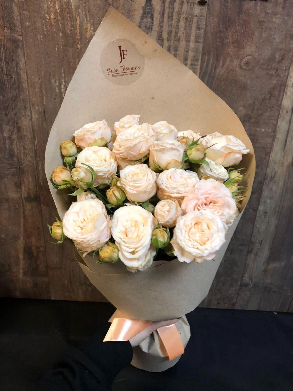 7 пионовидных роз сорта Бомбастик