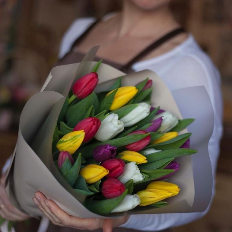 25 тюльпанов корп в руках