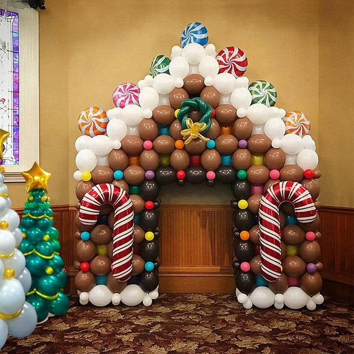 Новогодний пряничный домик из шаров