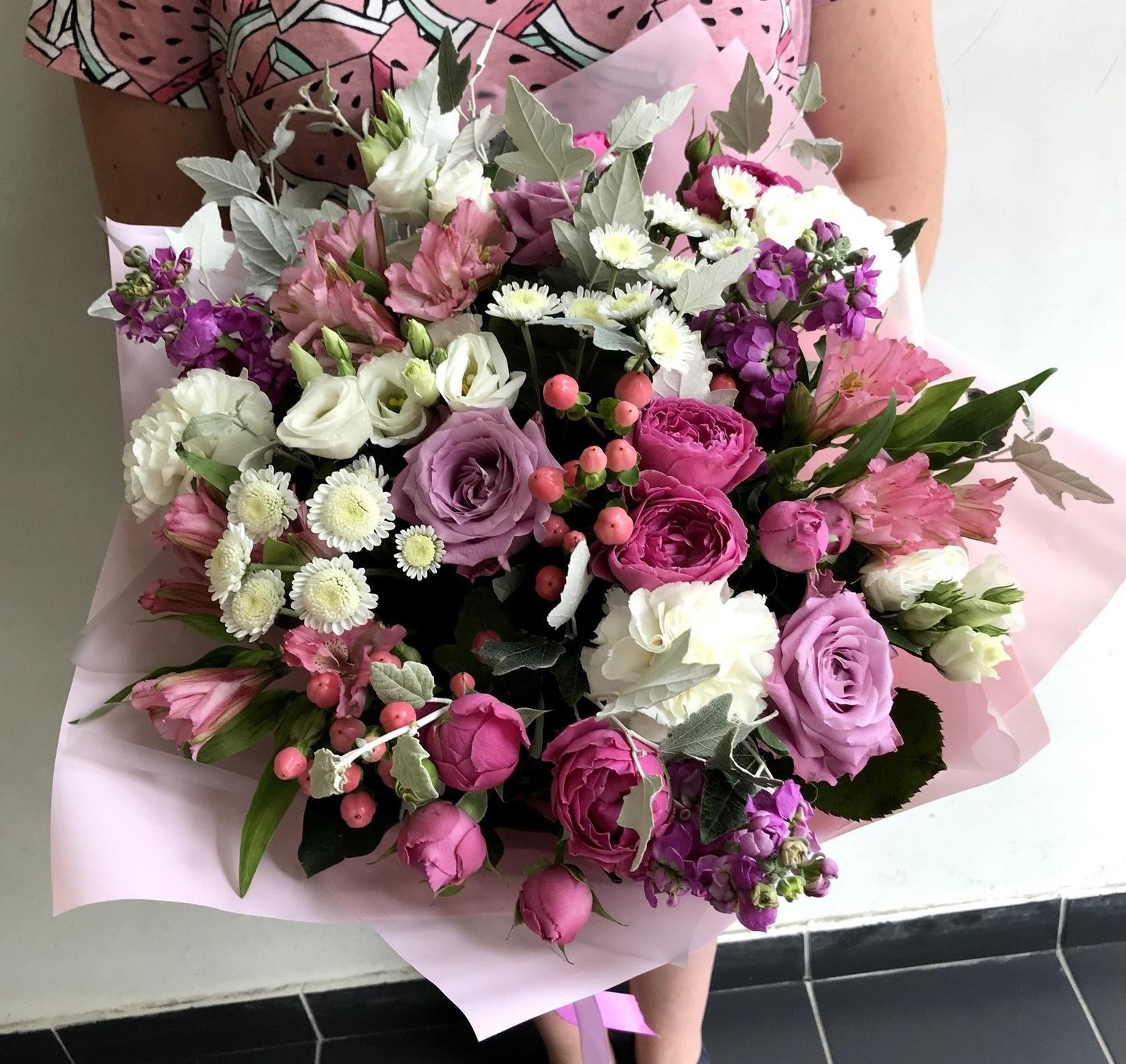 Букет из сортовой гвоздики и одноголовых роз