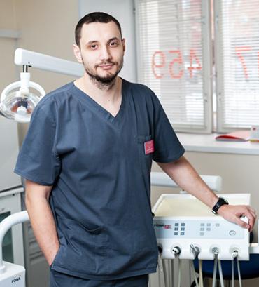 хирург-имплантолог