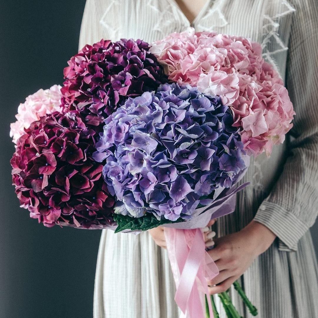 Микс из розовых, синих и темно-фиолетовых  гортензий в крафте