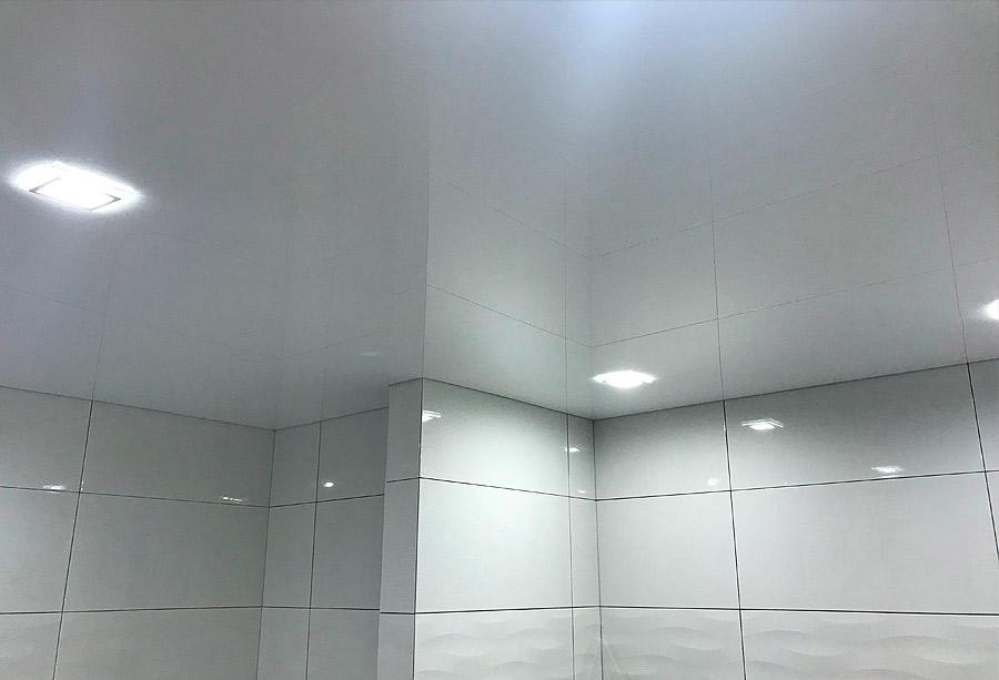 Красивый сатиновый потолок в ванной комнате