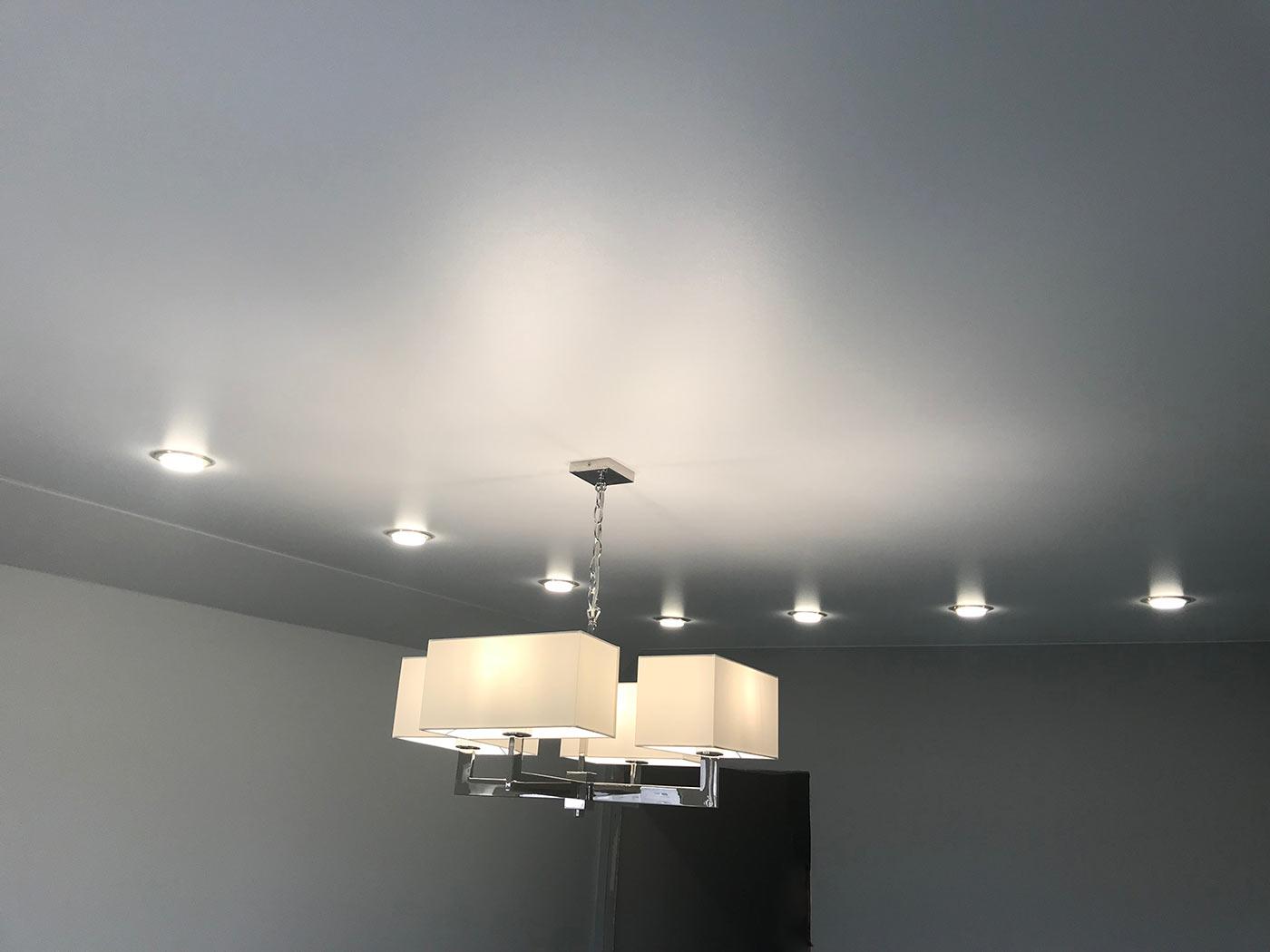 Комбинированной освещение для потолка, точечный свет и люстра