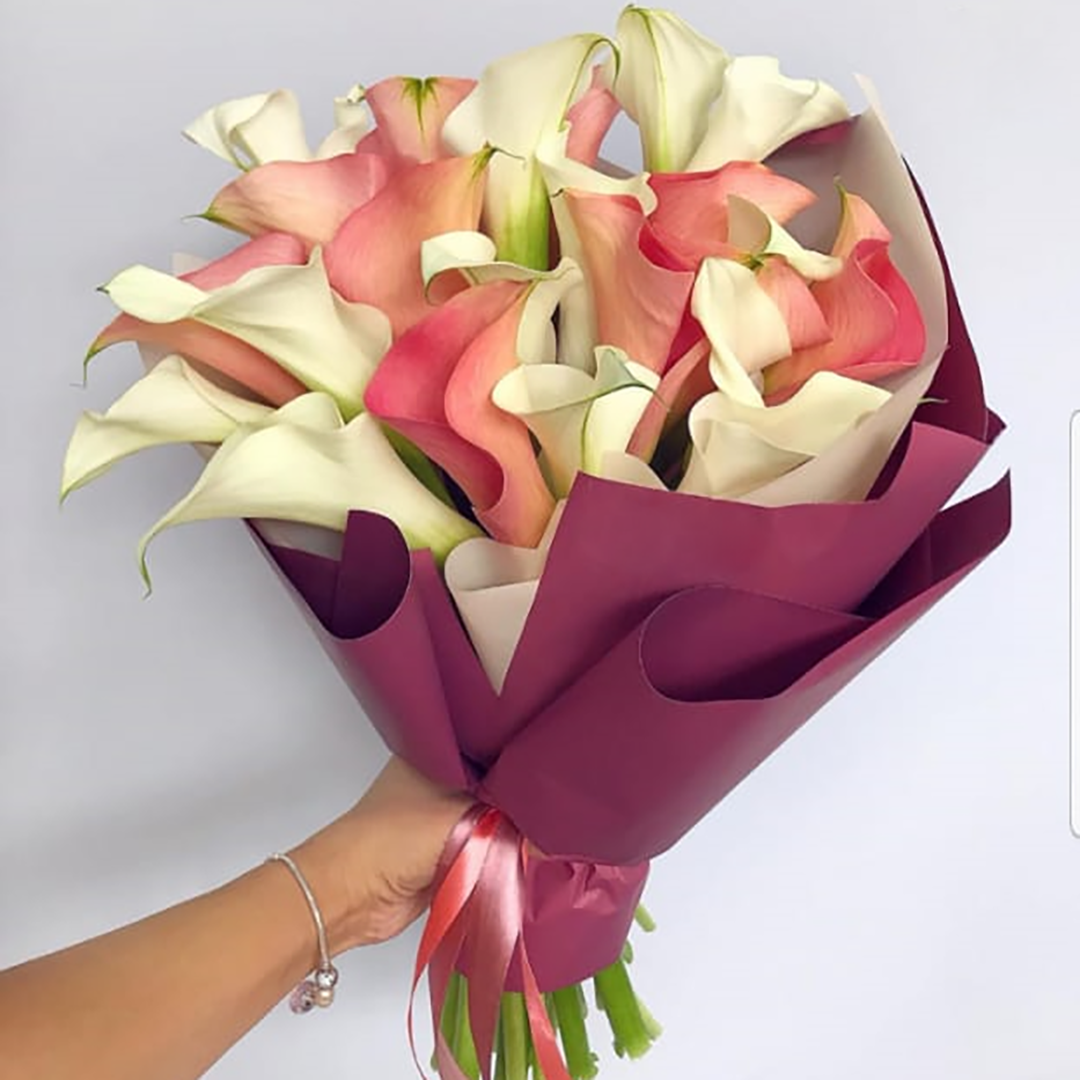 Микс розовые и белые каллы в руках