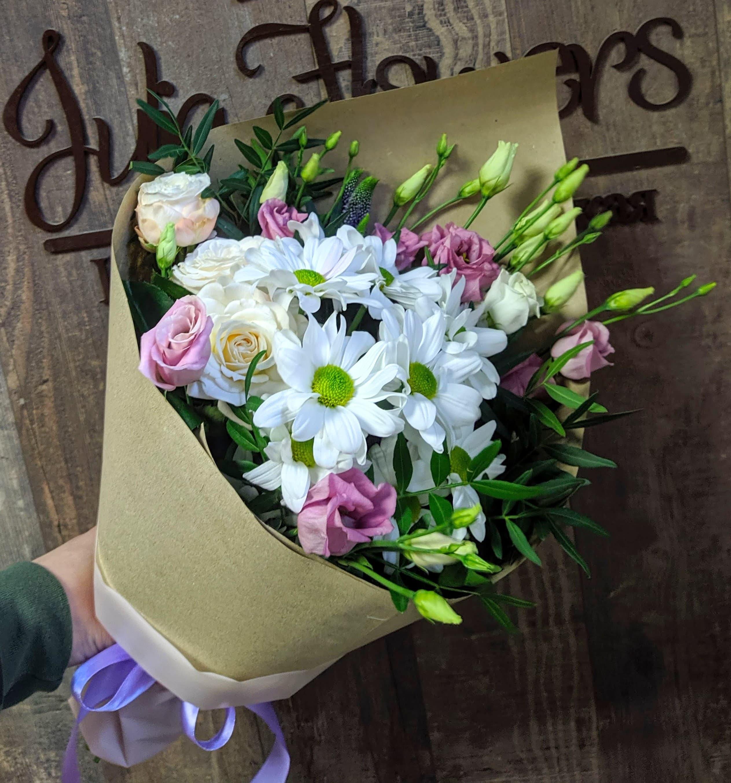 Букет из роз разных сортов с зеленью