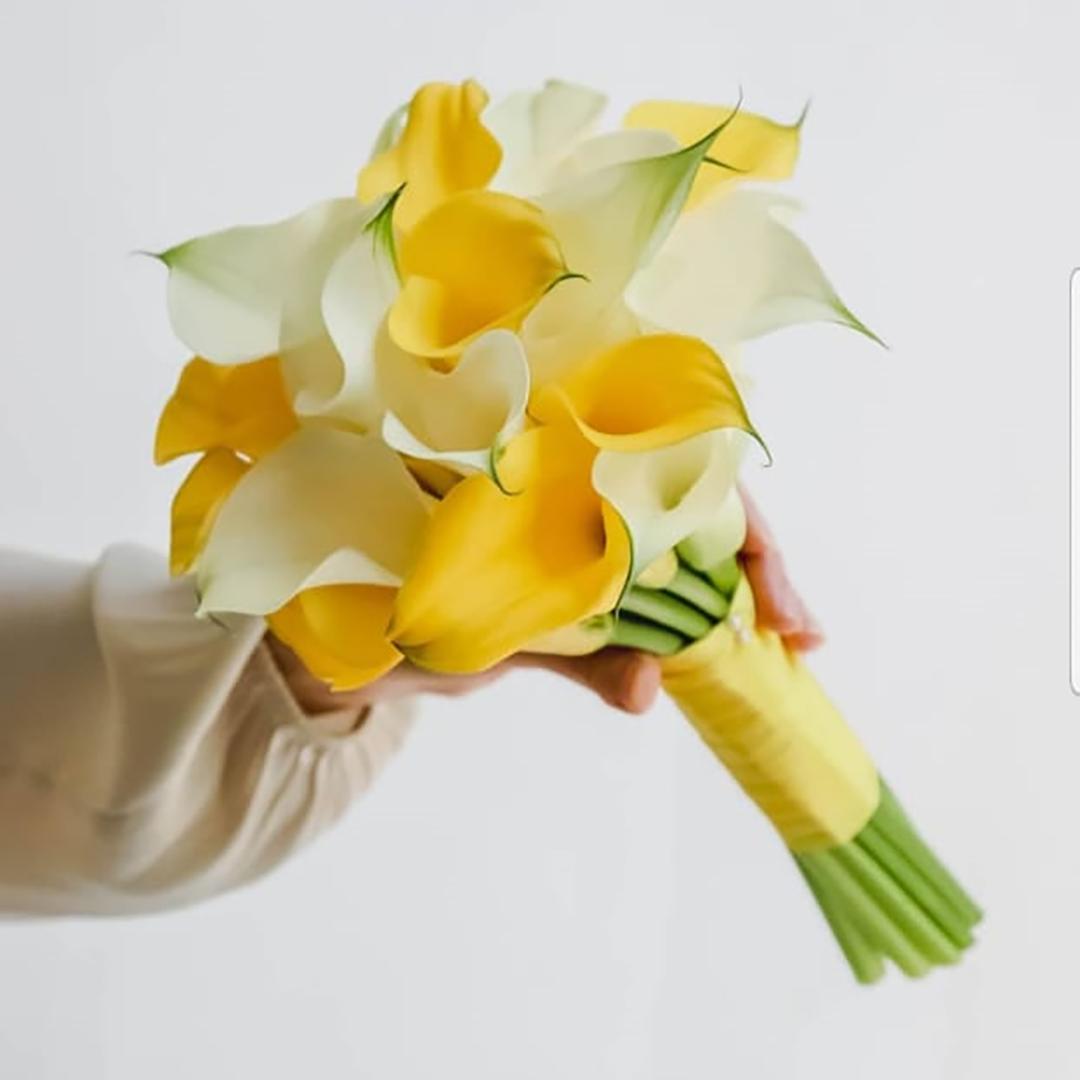 Свадебный букет из калл Сильвия в руках