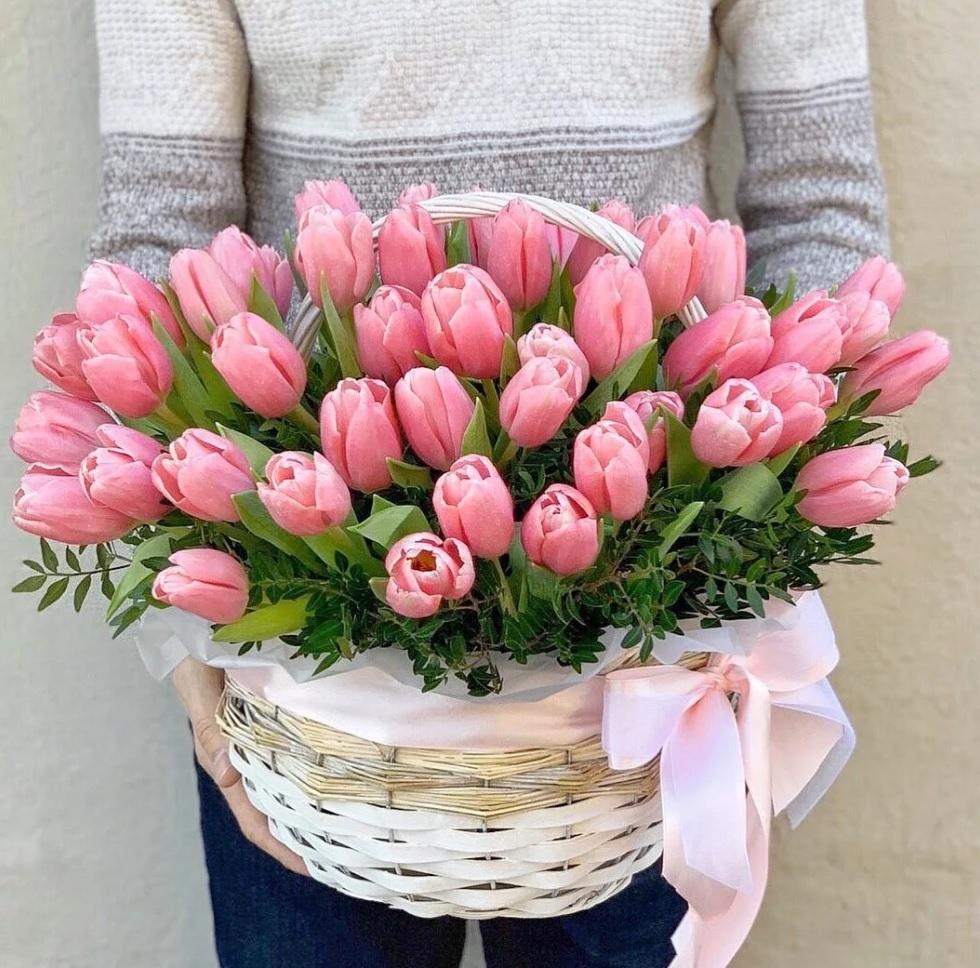 Тюльпаны Foxtrot фото в корзине