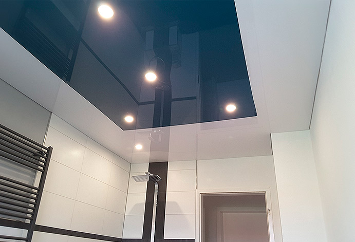 Глянцевый потолок визуально увеличивает пространство