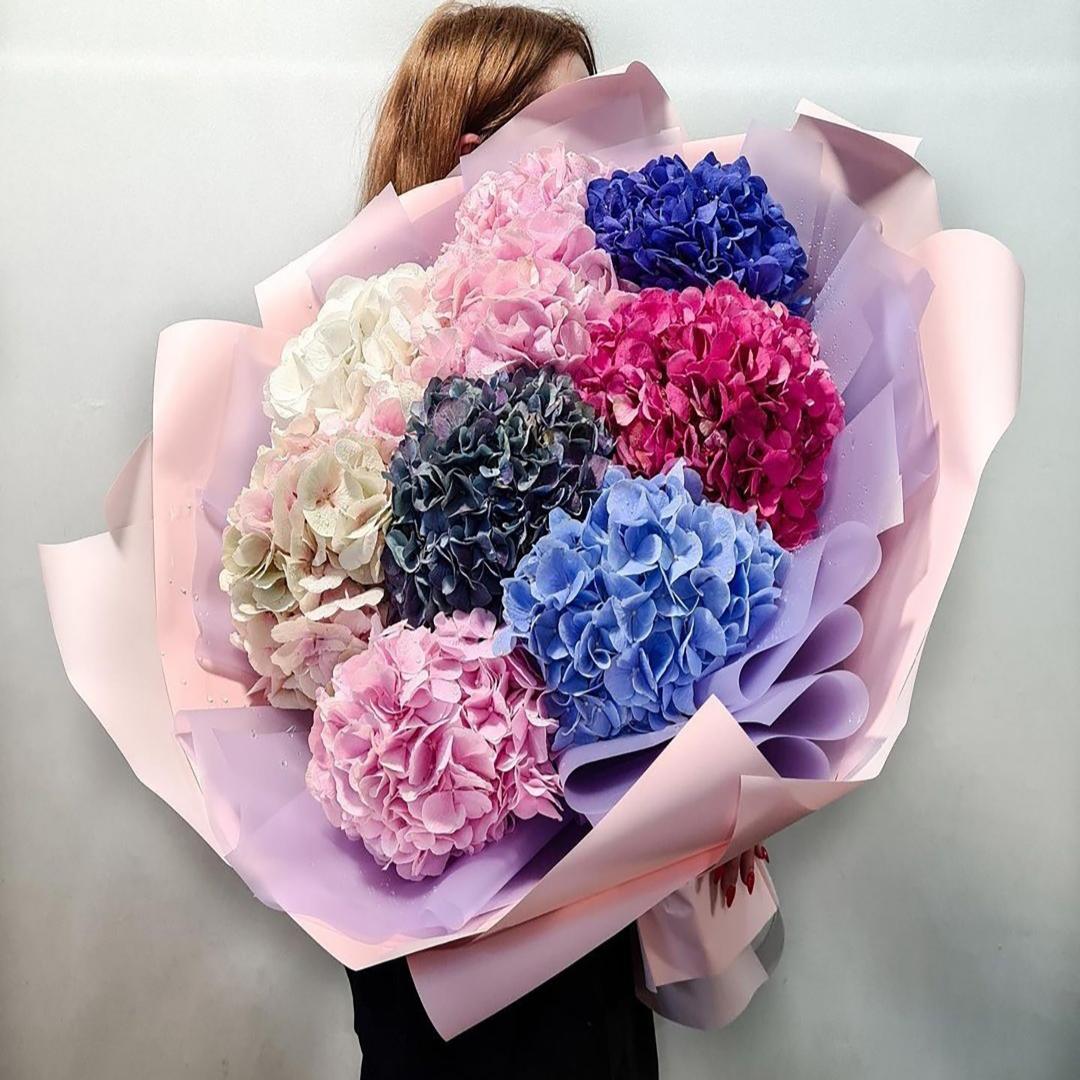 Микс голубых, синих, розовых, белых, малиновых и темных гортензий в крафте