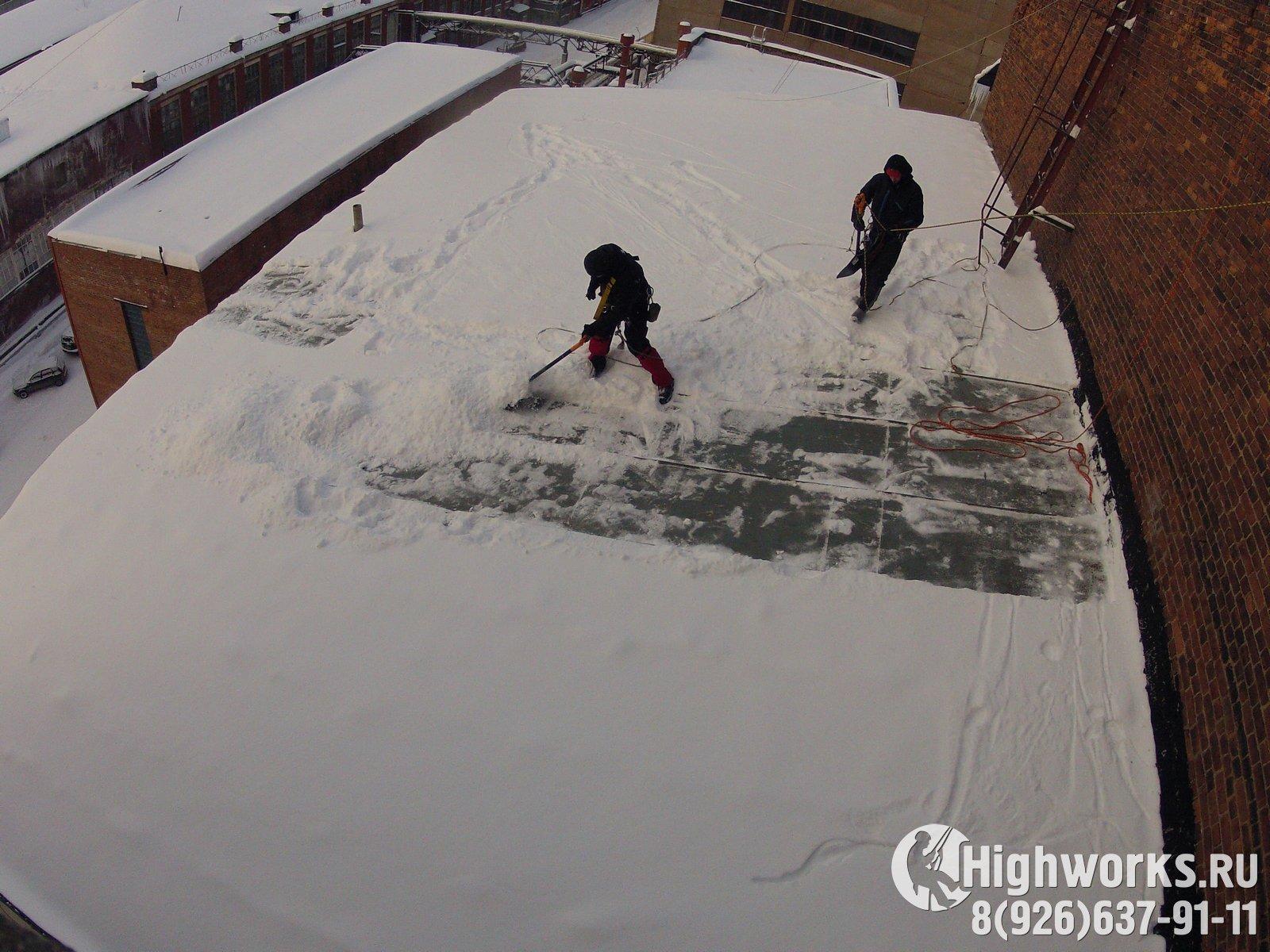 Очистка кровле от снега и наледи промышленными альпинистами