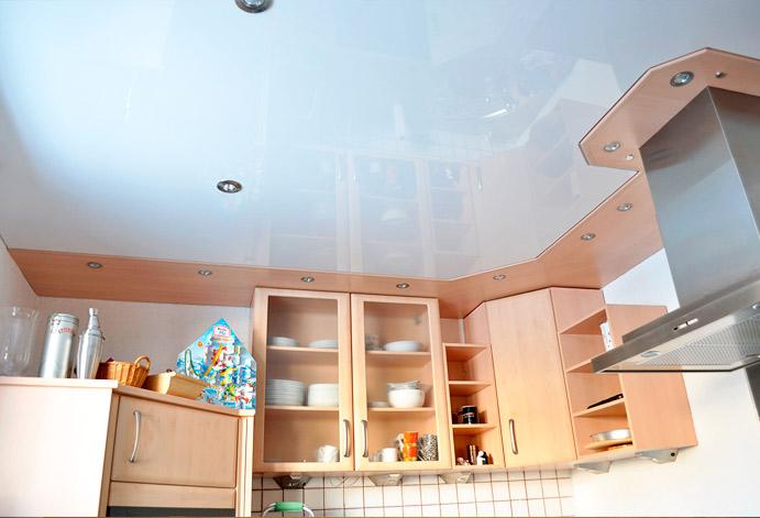 Идеальный вариант  для кухни это натяжной потолок