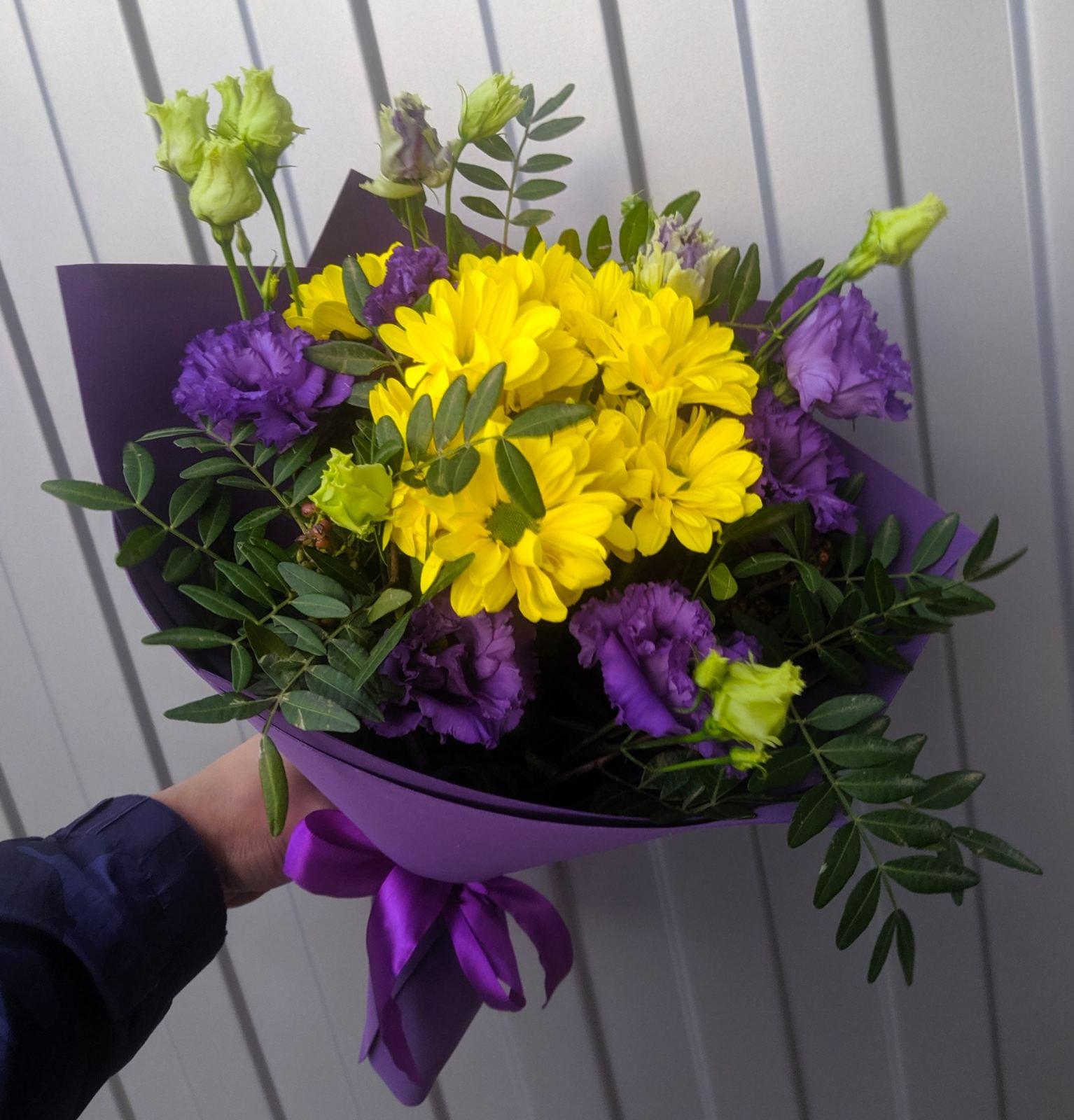 Милый фиолетовый букет с желтыми оттенками