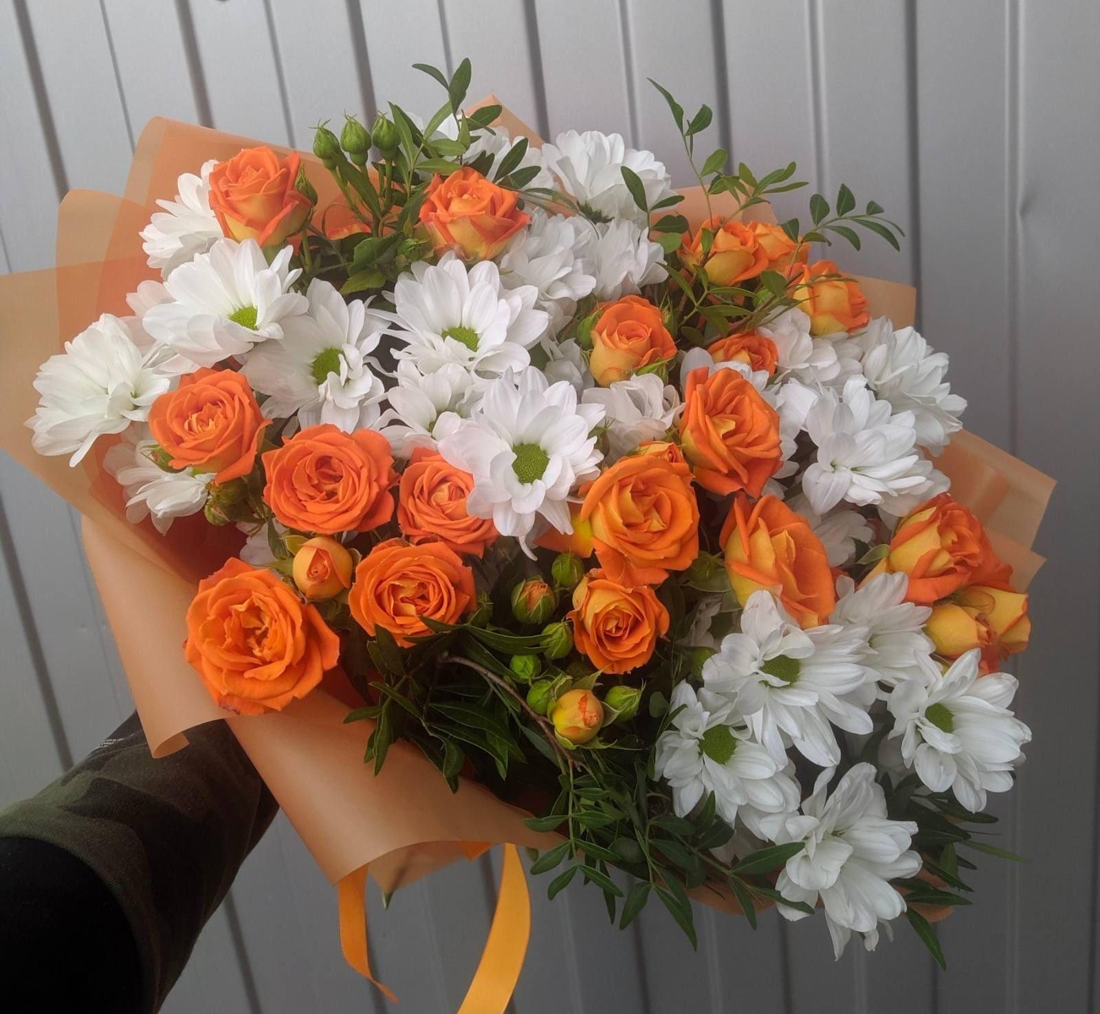 Букетик с кустовыми розами и ромашкой