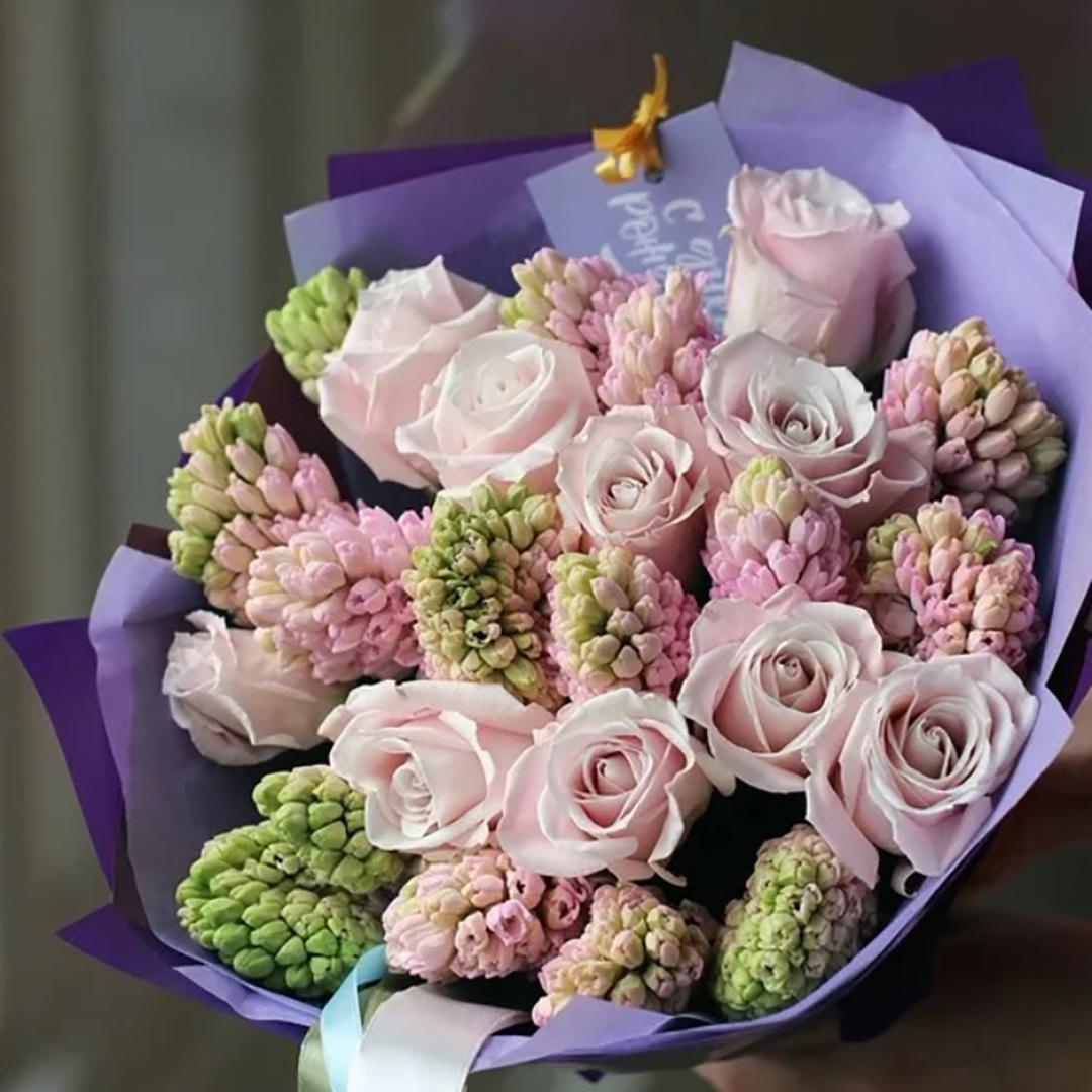 15 розовых гиацинтов и 10 розовых роз в руках