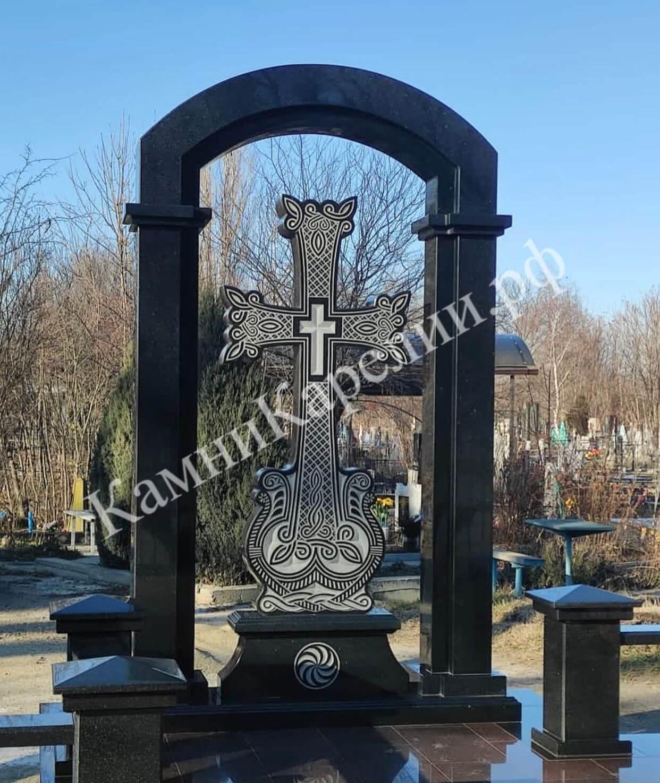 Вертикальный мусульманский гранитный памятник представляет собой комбинацию из чёрного габбро-диабаза и Лезниковского красного гранита. Отделка выполнена плиткой сорта Кашина Гора.