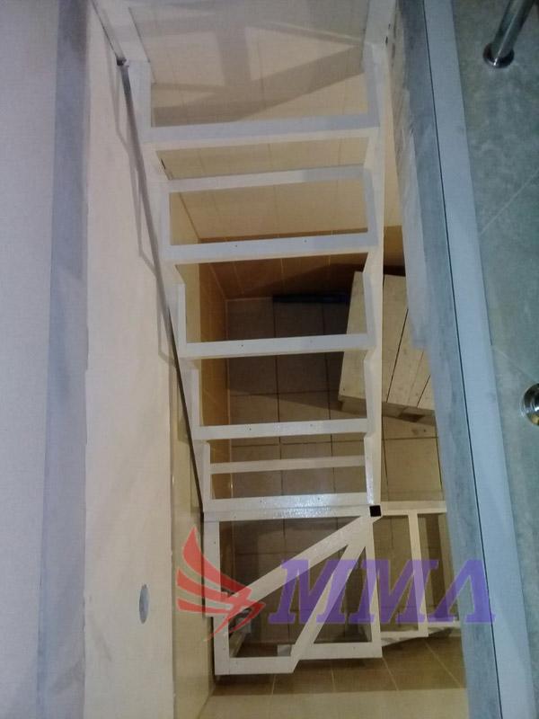 каркас лестницы с ограждением, лестница в подвал,
