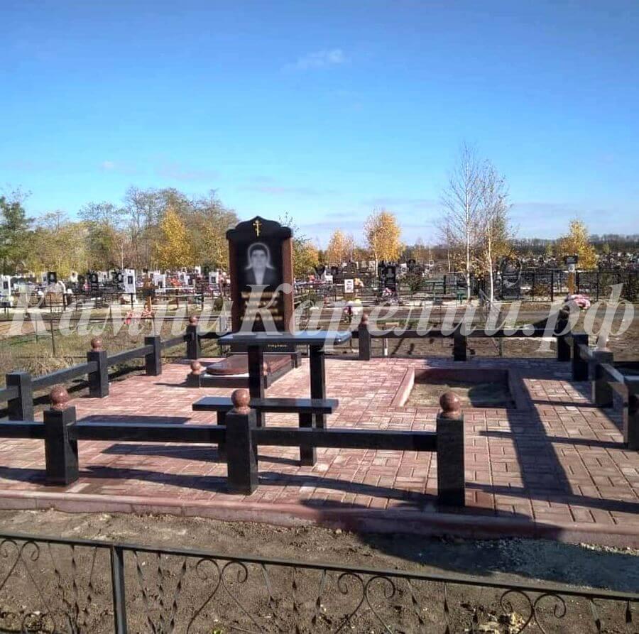Вертикальный гранитный одиночный памятник изготовлен из контрастно комбинации черного карельского габбро-диабаза и яркого красного Лезниковского гранита.