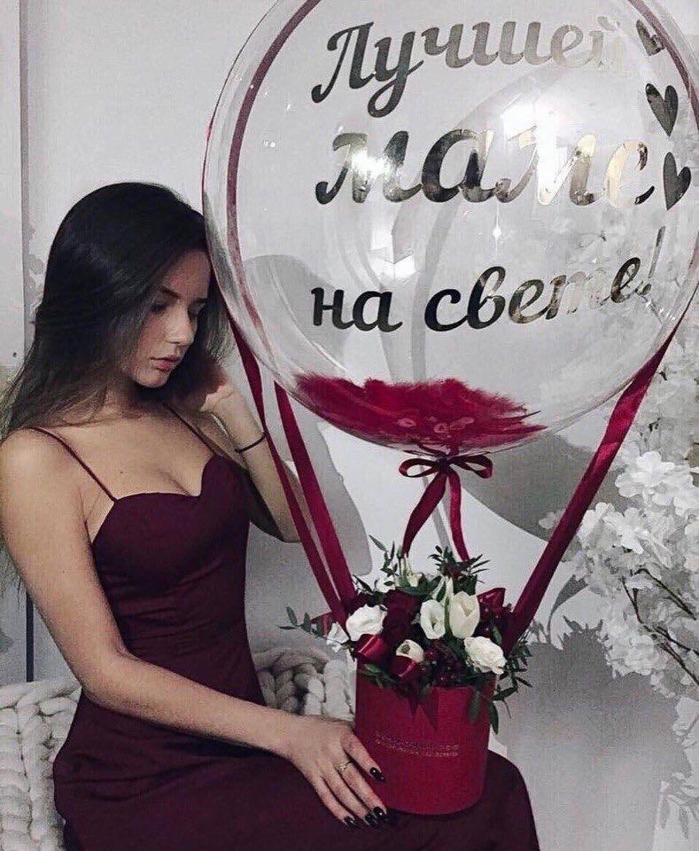 Коробка с цветами и большим шаром