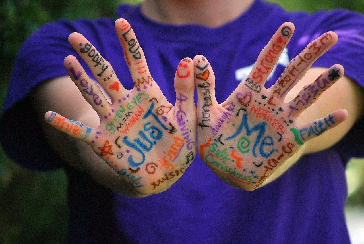 Ребёнок показывает свои расписанные руки