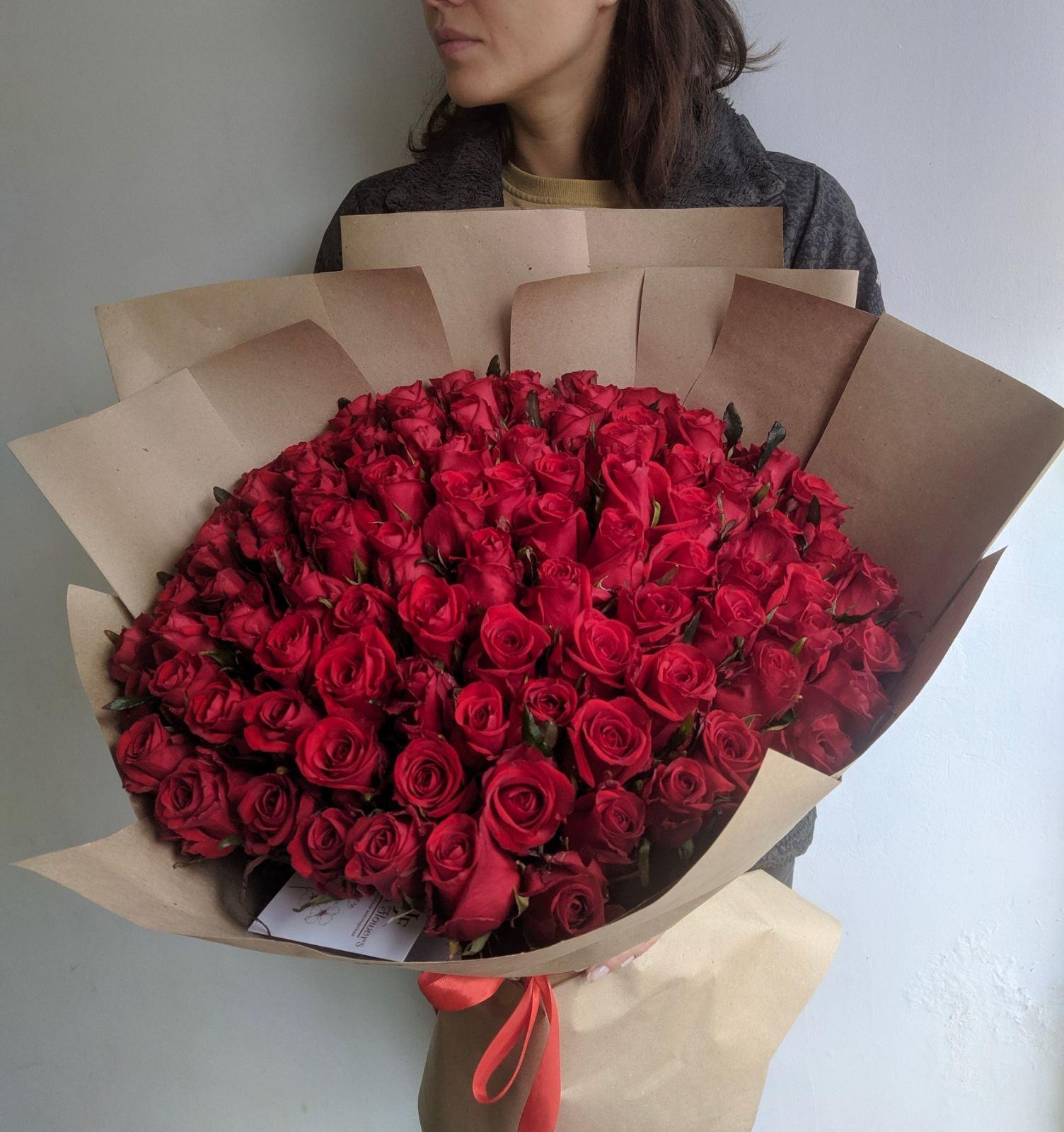 Букет с красными розами в крафте