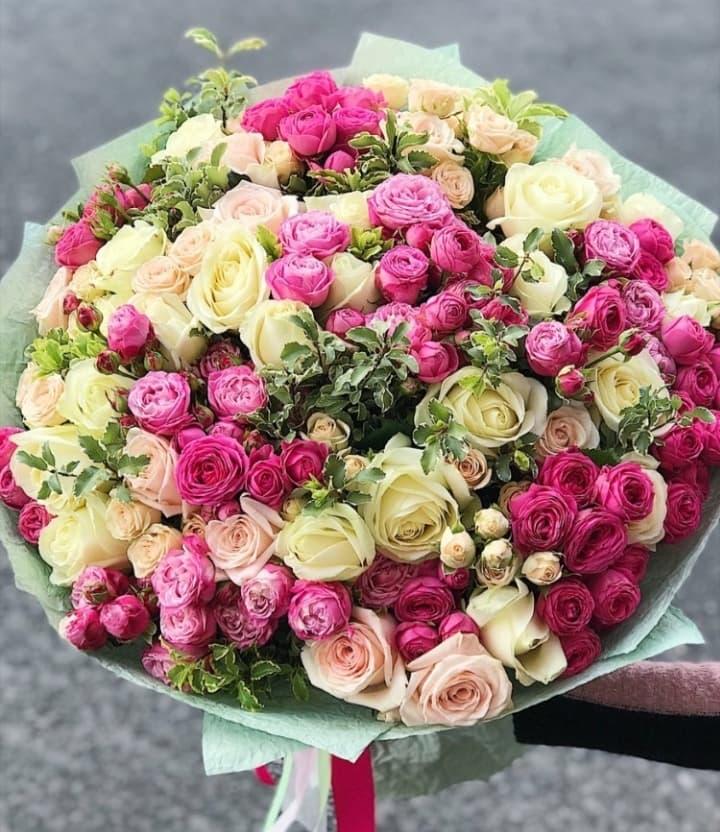 Микс букет из пионовидных роз и аваланж