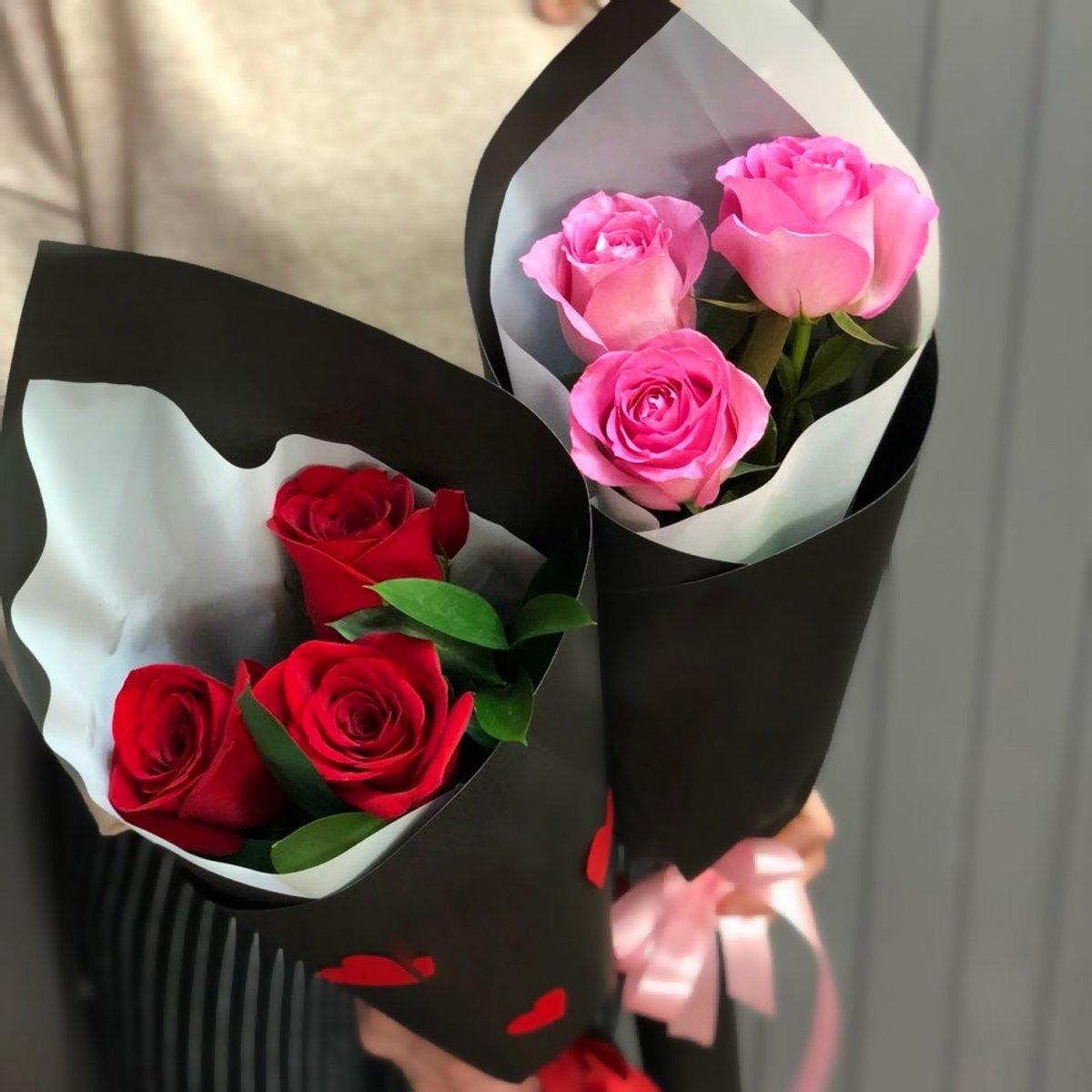 3 розы в руках