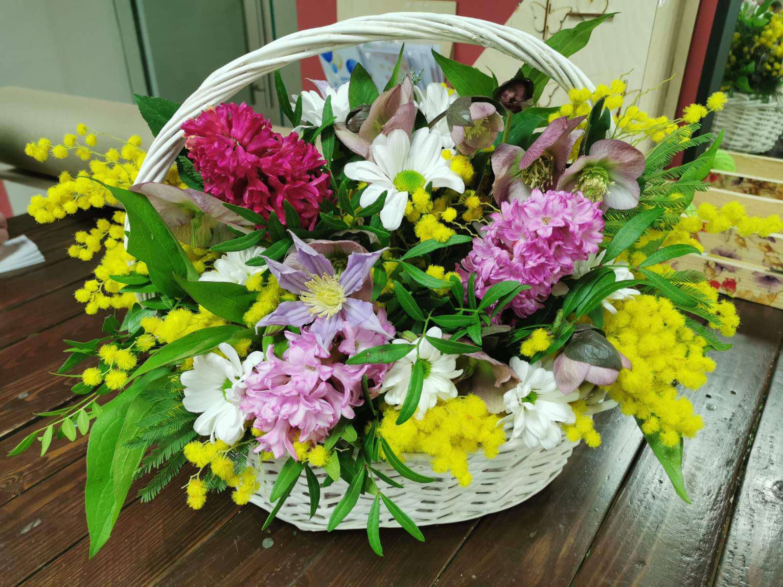Весенняя корзина с цветами с мимозами
