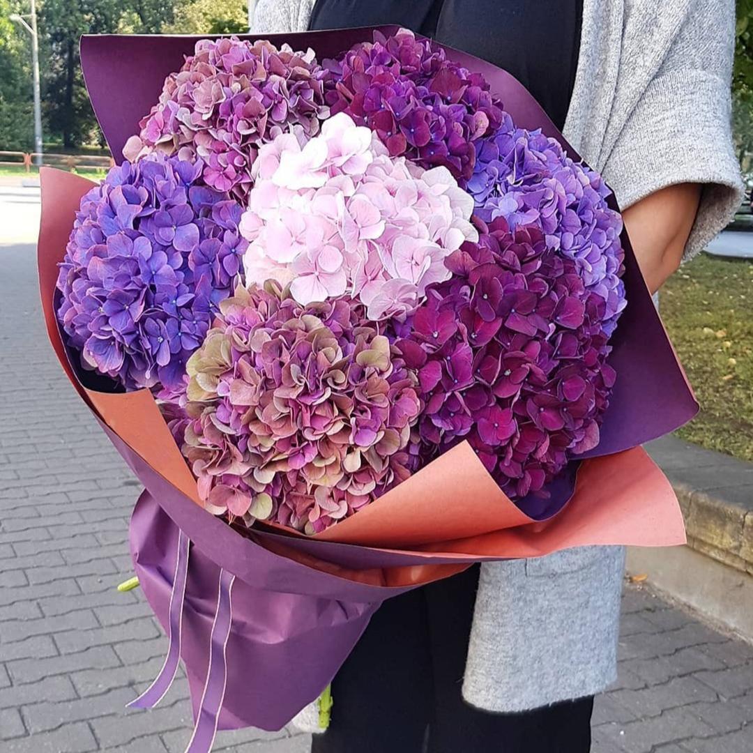 Микс розовых, фиолетовых и синих гортензий в крафте