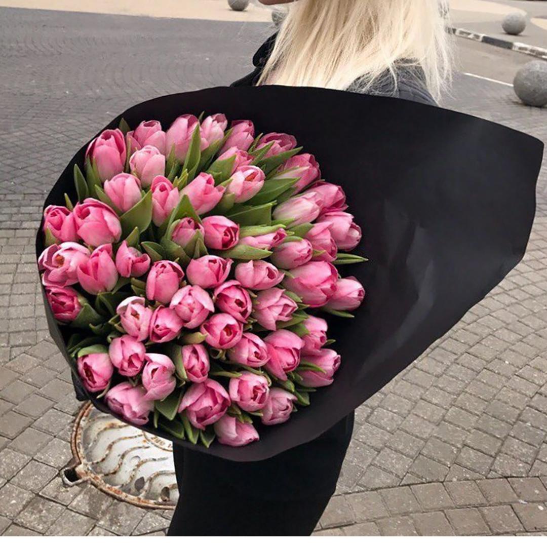 51 розовый тюльпан в руках