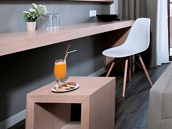 столы и стулья для гостиниц