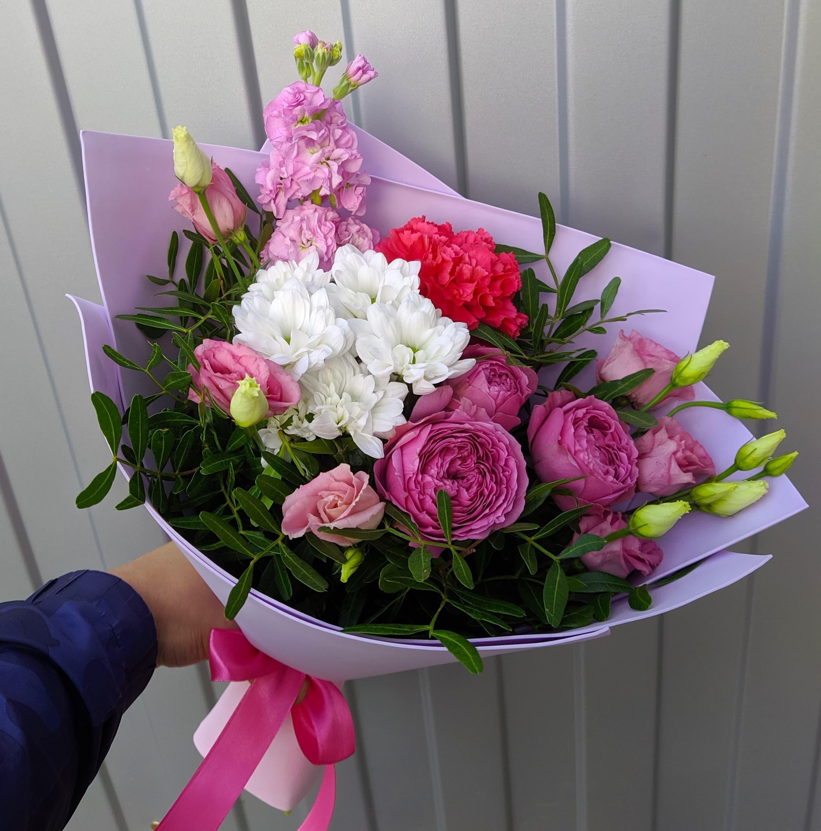 Яркий микс из пионовидных роз и маттиолы