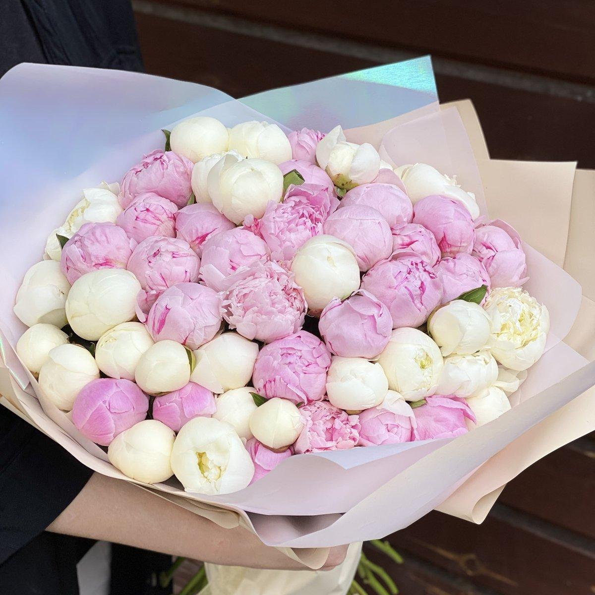 Микс белых и розовых пионов в руках