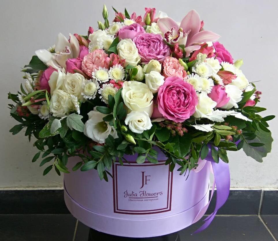 Коробка из пионовидных роз Мисти Баблс и орхидей