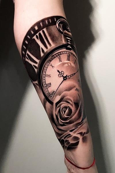 Черная татуировка часов в тату студии Новосибирска