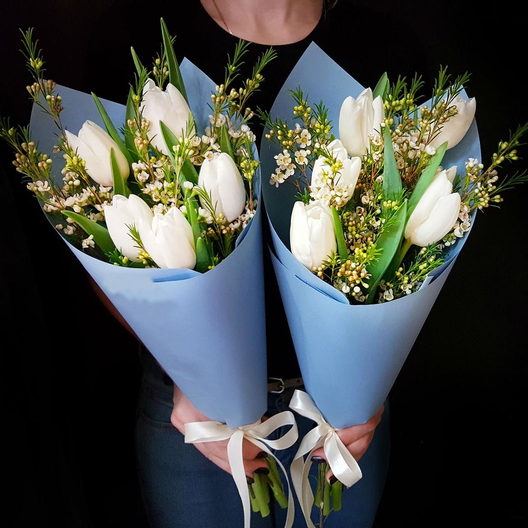 5 тюльпанов и вакс в руках