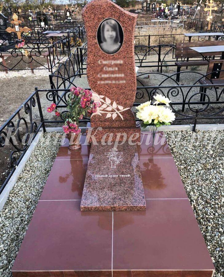 Вертикальный гранитный одиночный памятник создан из знаменитого сорта Токовского гранита. Для изготовления отделочной плитки использован Летнереченский камень.