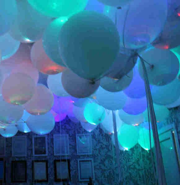 Белые гелиевые шары с цветными светодиодами