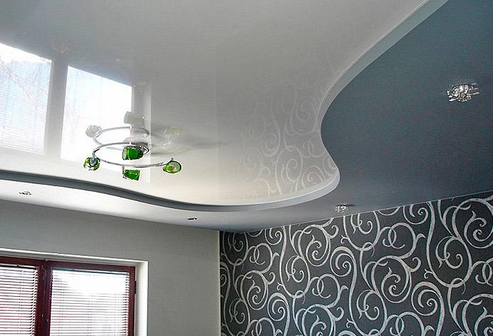 Глянцевый потолок, увеличивает пространство