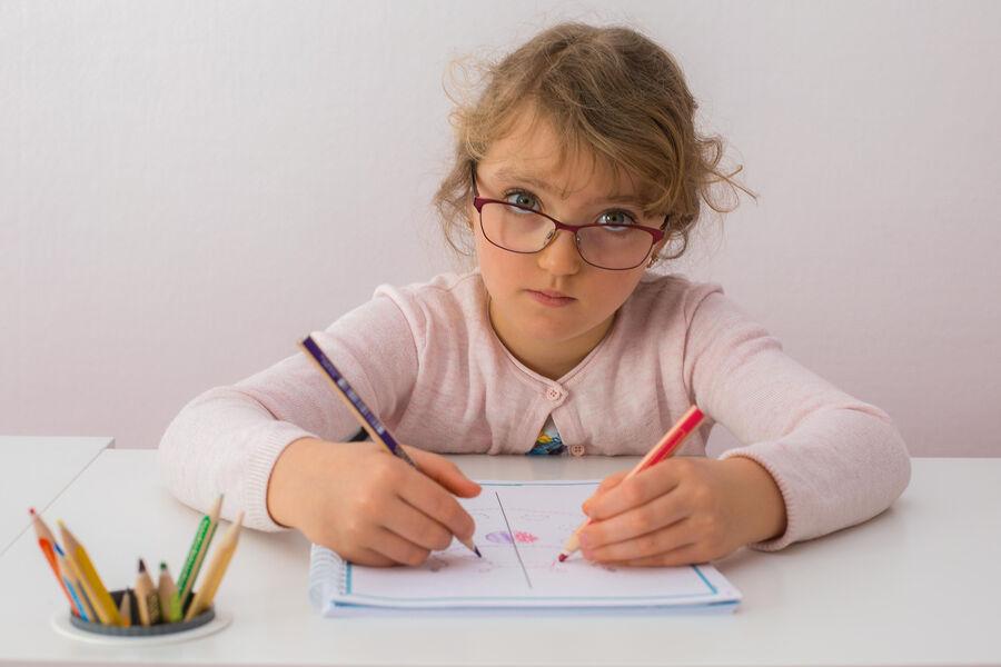 Ребёнок рисует двумя руками
