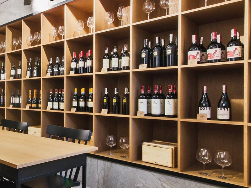 шкафы и стеллажи для кафе