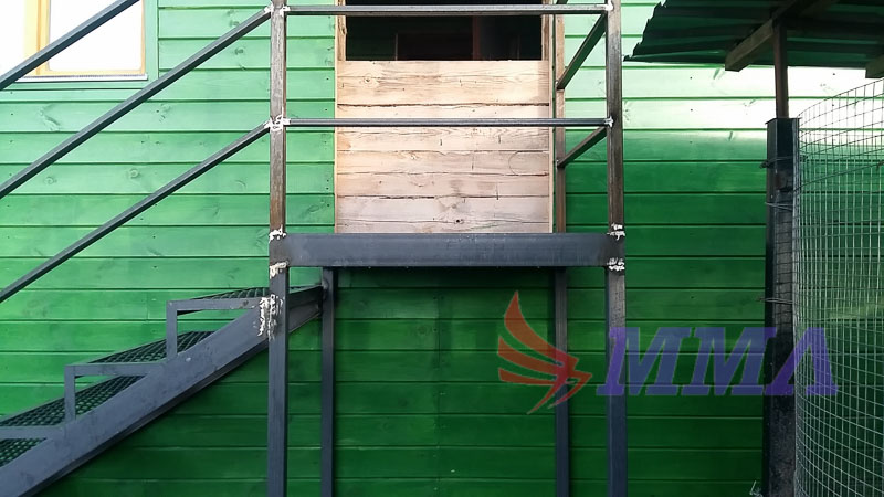 Уличная лестница, металлические ступени, перила из трубы,