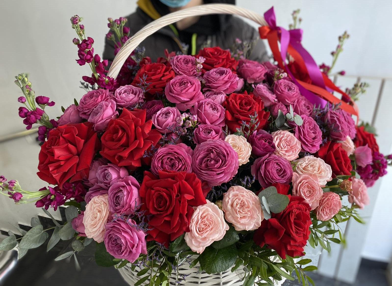 Яркая корзина с цветами с пионовидными розами