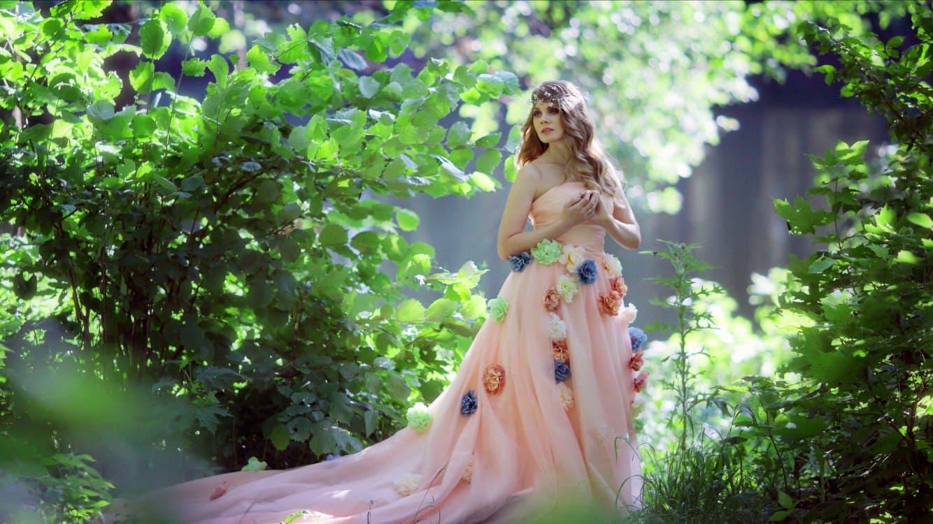Розовое платье с цветами