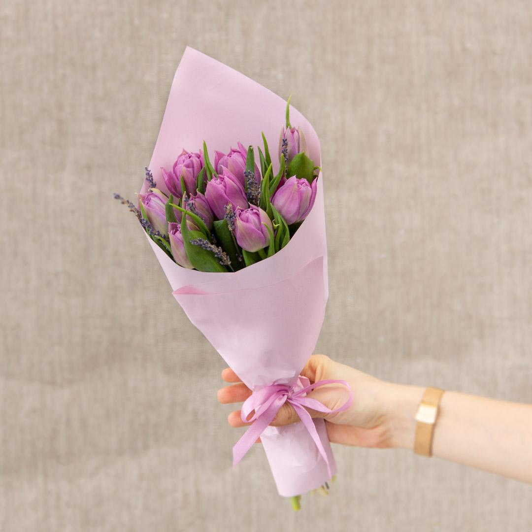 9 фиолетовых тюльпанов с лавандой в руках