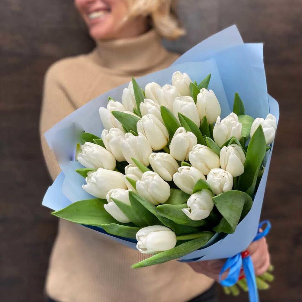 25 белых тюльпанов в руках